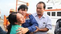Hình ảnh rơi nước mắt cảnh đón 34 ngư dân bị đâm chìm tàu cá ngoài biển Hoàng Sa