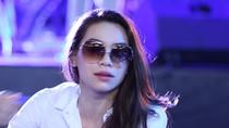 Hồ Ngọc Hà đeo kính râm đi tập hát