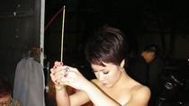 Uyên Linh... thắp hương vái tứ phương