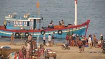 Chùm ảnh: Ngày mới trên cầu cảng Lý Sơn