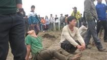 Hình ảnh: Trai tráng lấm lem khi tranh cướp quả cầu phết ở Bàn Giản