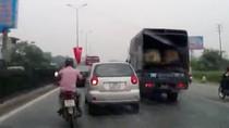 Clip: Thót tim xem pha 'ăn miếng trả miếng' của xe máy tạt đầu ôtô