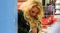 Britney Spears vén bụng, đút súng!