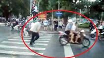 Chùm ảnh: Ông Tây chạy ngược chạy xuôi phân làn giao thông ở Hà Nội