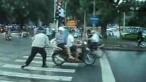 """""""Đề nghị VTV phát clip ông Tây điều khiển giao thông tại Hà Nội"""""""