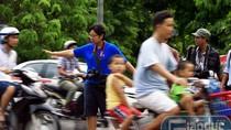 """Video: Du khách nước ngoài """"giỡn mặt tử thần"""" ở Hà Nội"""