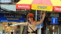 Chùm ảnh: Nữ CSGT Hà Nội đội mưa rét phân làn giao thông