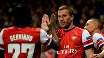 Gervinho & Lukas Podolski làm Arsenal tạm quên Van Persie