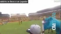 Nhảy dù xông vào giữa trận đấu của... Barcelona