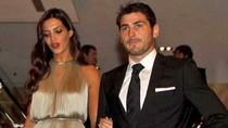 Casillas vừa dắt bạn gái, vừa 'nghịch' Ronaldo