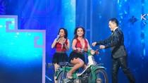 Cẩm Ly - Minh Tuyết chạy cub 50  trên sân khấu ôn lại 20 năm ca hát