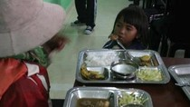 Phẫn nộ, đau đớn vì em bé mua cơm cho mẹ bị hắt hủi