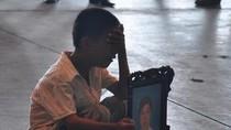Cậu bé Việt khóc nức nở trước hài cốt mẹ mang về từ Nga