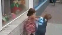 Clip: Nhóc tì tán gái bị cự tuyệt ngã lăn quay