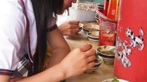 'Đặc sản' vỉa hè của học trò: Vừa ăn vừa nhặt lông