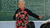 Cảm phục bà giáo 82 tuổi vẫn đứng lớp