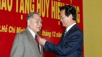 Nguyên Thủ tướng Phan Văn Khải được tặng Huy hiệu 55 tuổi Đảng