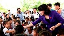 Phó Chủ tịch nước cùng Vinamilk tặng sữa cho trẻ em Vĩnh Long