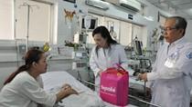 Bộ trưởng Nguyễn Thị Kim Tiến thăm bệnh nhi tại Bệnh viện Nhi Đồng 1