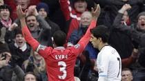Chuyện ảnh: Suarez khiếm nhã hất tay, Evra trả đũa, Old Trafford suýt loạn đả