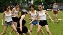 Hàng chục chân dài Việt chơi bóng mừng EURO