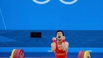 Lực sĩ Trung Quốc đau đớn, tức tối vì thua trận
