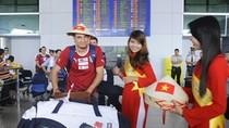 Đội tuyển Italia được tặng nón lá khi đặt chân tới Việt Nam