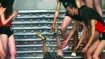 Khoảnh khắc 'tẽn tò' của các cô nàng chân dài trên sàn catwalk