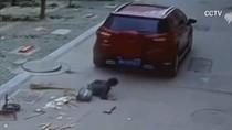 Video: Bé 6 tuổi bị xe hơi SUV chồm qua người không hề hấn gì