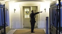 Bùng nổ tranh cãi sau vụ người đàn ông cầm dao xâm nhập Nhà Trắng