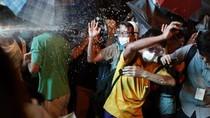 Người biểu tình Hồng Kông dùng kính, mũ bảo hiếm chiếm lại Mong Kok