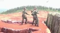 Video: Lính Trung Quốc suýt gặp nạn khi tập ném mìn thật