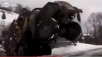 Video: Tài lái xe vượt dốc cự phách của lính Nga