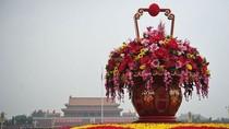 Trung Quốc: Bình hoa khổng lồ nằm giữa Thiên An Môn
