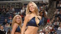 Hoạt náo viên NBA khoe đường cong hút mắt