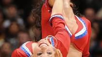Hoạt náo viên NBA khuấy đảo sân bóng với vũ điệu 'bốc hỏa'