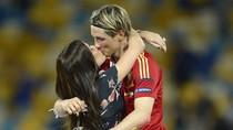 Torres hôn vợ nồng nàn trong ngày chiến thắng