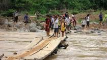 Thót tim cảnh hàng chục học sinh băng qua suối chảy xiết bằng cầu tạm