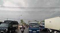 Dân lại bao vây phản đối trạm thu phí