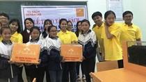 Nhóm học sinh làm dự án, giúp đỡ học sinh vùng khó