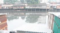 Sập nhà trên kênh, 8 người thoát chết
