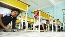 Động đất mạnh, Chủ tịch huyện làm việc dưới gầm bàn