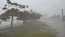 Điều trực thăng cứu 35 người trên giàn khoan ở gần tâm bão