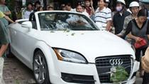 Ảnh: Xe sang Audi 'bay' lên vỉa hè, đâm 'gục' cột điện