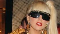 Lady Gaga dùng áo khoác làm váy