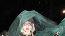 Lady Gaga tặng... bỉm cho lái xe riêng