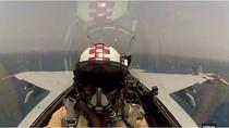 Phi công Mỹ điều khiển F-18 cất, hạ cánh trên tàu sân bay như thế nào?