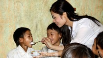 """Hoa hậu Lisa Vân Anh chia """"Bữa cơm thịt"""" với HS Suối Giàng"""