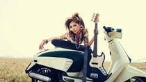 Hot girl Hà Min 'cháy' với rock bên đồng hoang cùng xe Lambretta