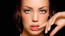 Nàng WAG xinh đẹp giống Angelina Jolie như đúc